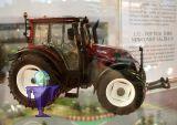 77326 Valtra N143 MT3 in rot    Traktor Wiking